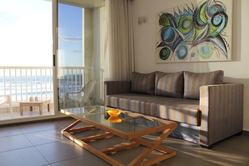 sala de estar soleada en el mar