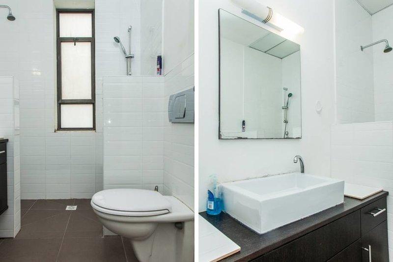 El baño tiene ducha y aseos en el interior.