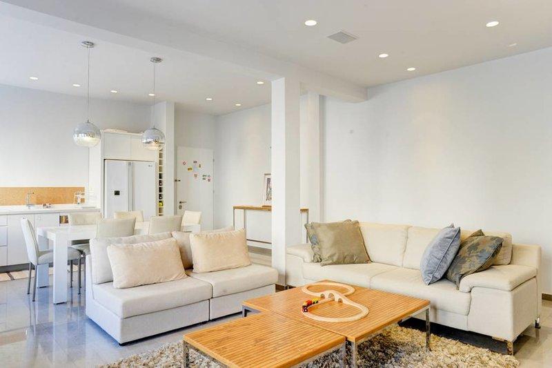 salon moderne et lumineux avec sortie sur le balcon