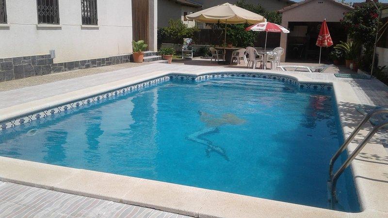 Villa con jardín, piscina y cerca de la playa, alquiler de vacaciones en El Vendrell