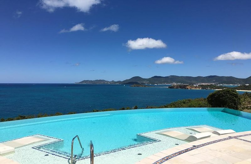 MES AMIS...Spectacular Ultra Deluxe cliffside masterpiece! Breathtaking views! A, casa vacanza a Terres bassi