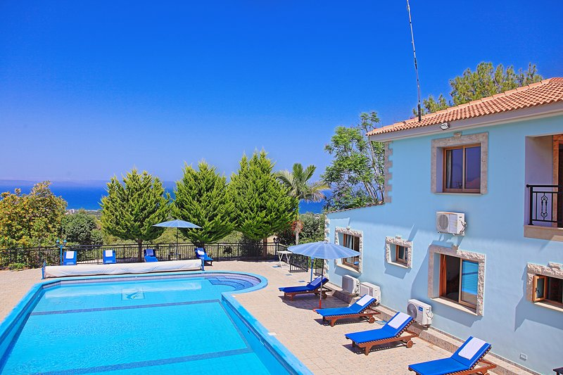 Villa Marilena Sunset Dio- Secluded Villa with Large 14m x 7m Private Pool, holiday rental in Nea Dimmata