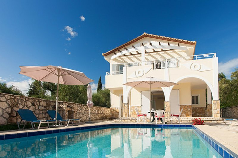 Villa Alexia - a beautiful holiday home with private swimming pool., location de vacances à Pefkakia