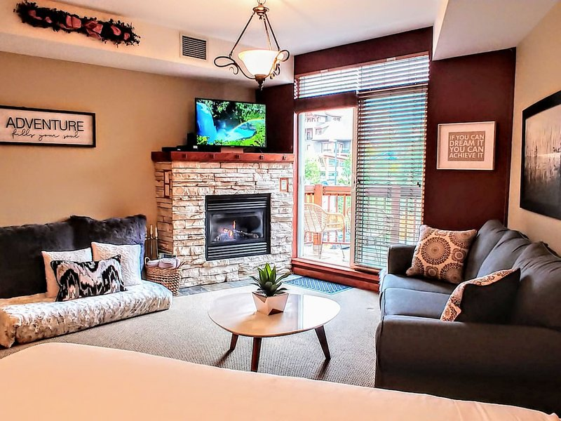 Luxury Mountain View Studio in Canmore, holiday rental in Canmore