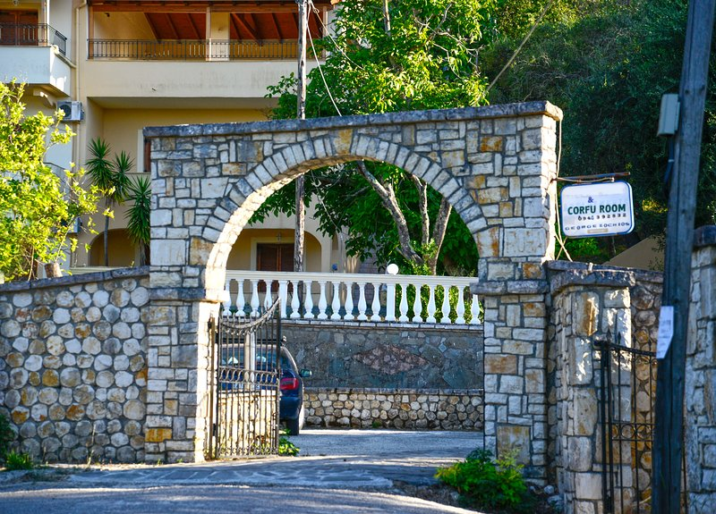 Corfu Room apartments, in a very piecefull and full of trees area, location de vacances à Ano Garouna