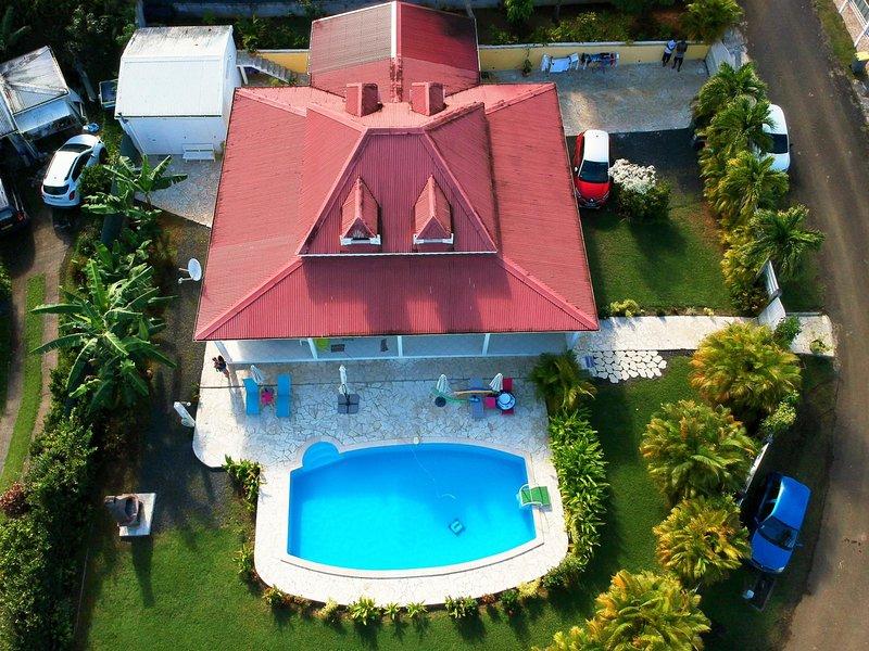 DANS VILLA  CREOLE BEAU STUDIO 2P SDB ATTENANTE KITCHENETTE FACE A LA PISCINE., vacation rental in Sainte Rose