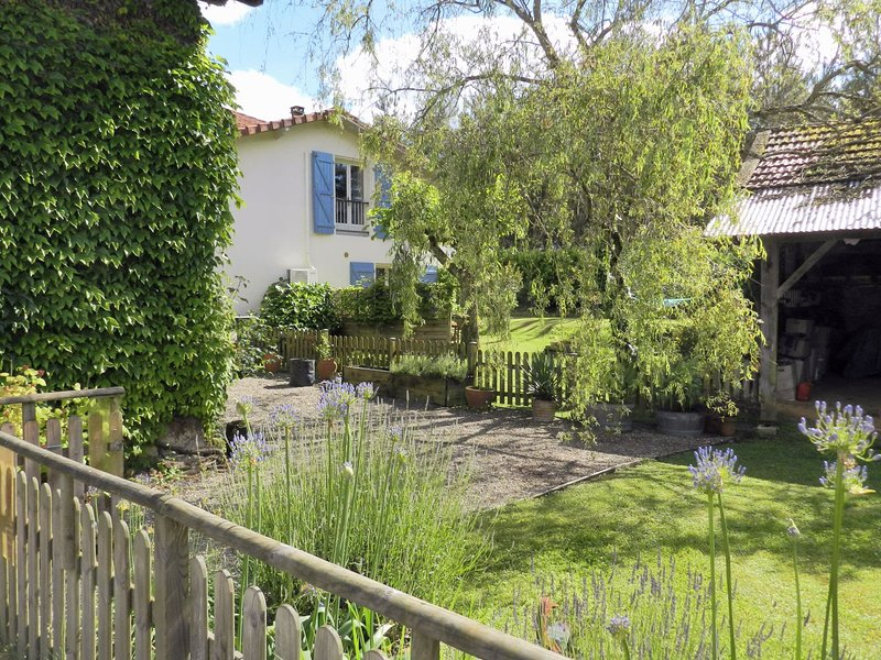 Le Grenier Gite for 4 with solar-heated pool, vacation rental in Poudenx