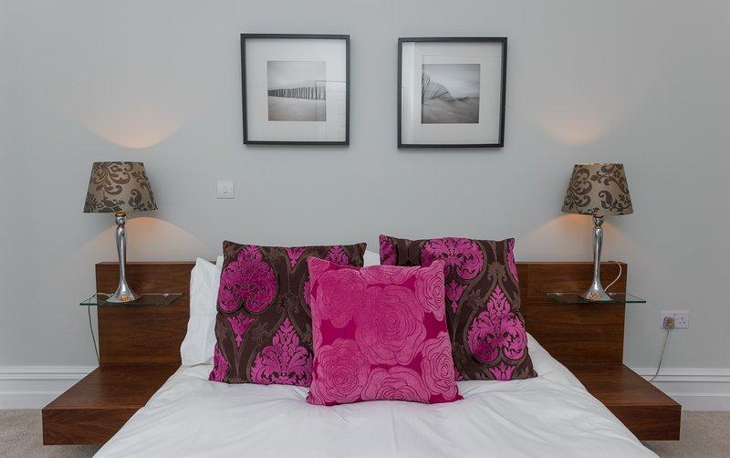 Kingsize-Bett mit Kissen
