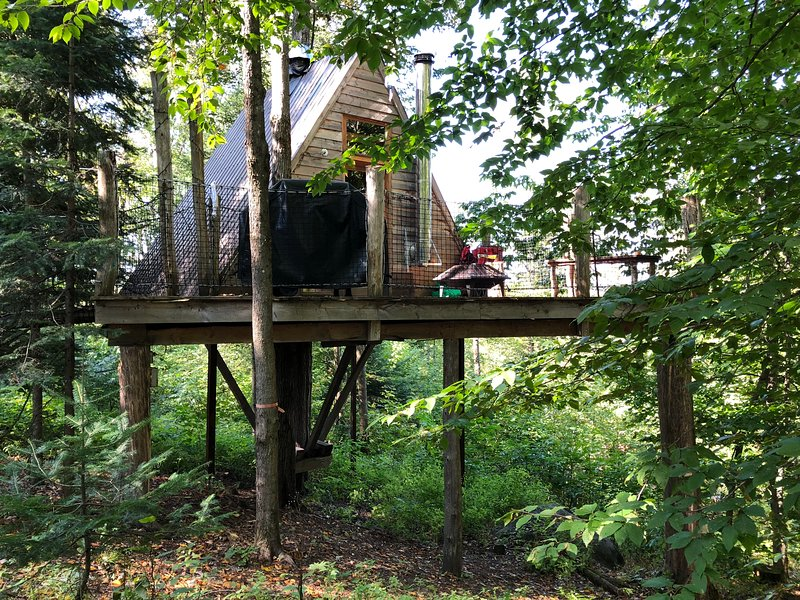 Centre de Vacances Insolite Eclectic Treehouse Resort # STELLA, holiday rental in Morin Heights