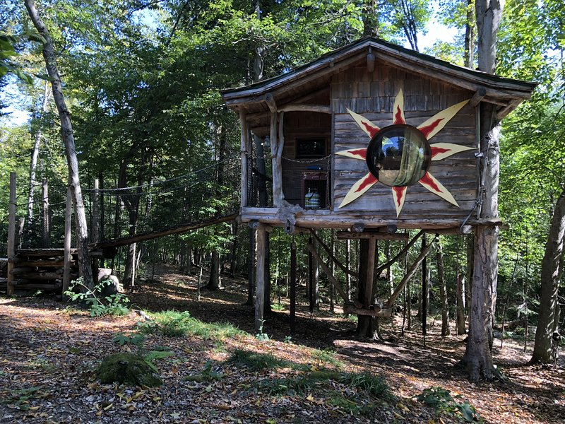 Centre de Vacances Insolite Eclectic Treehouse Resort # SOL, holiday rental in Morin Heights