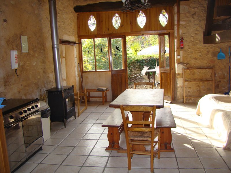 walnut barn rural; peaceful no passing traffic, vacation rental in Manzac-sur-Vern