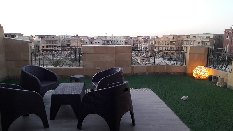 Sunny Sky and Garden View Rooftop apartment, location de vacances à Al Rehab