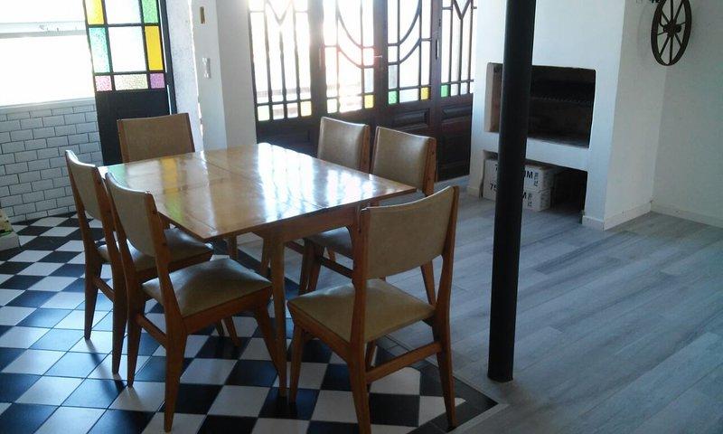 ZONA PLAYA GRANDE EXCELENTE DEPTO TIPO CASA CON PARRILLA, location de vacances à Mar del Plata
