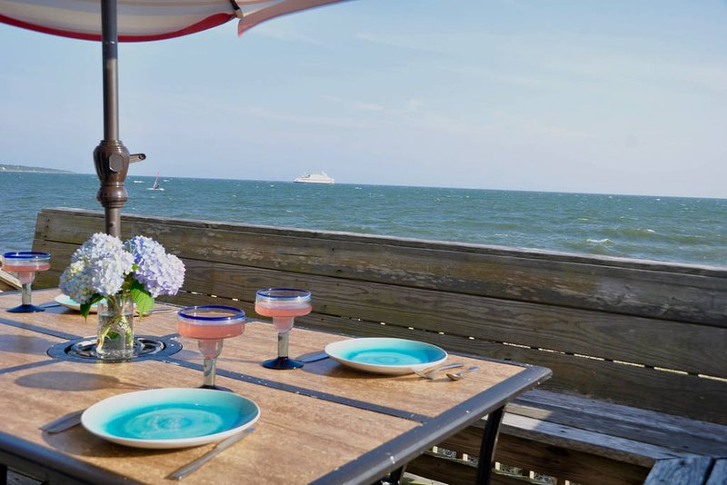 1st Floor Oceanfront Condo with Private Beach & Panoramic Views, location de vacances à Hyannis