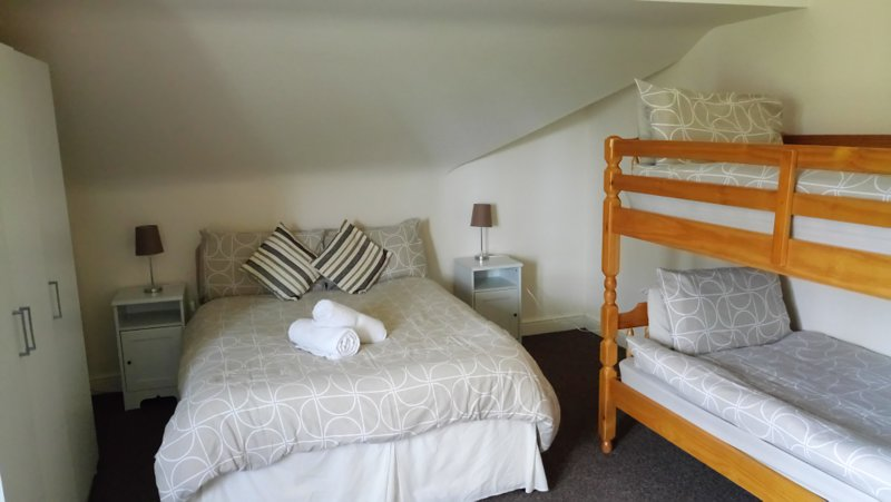 Dormitorio familiar; 1 x rey, 1 litera y 1 sofá cama