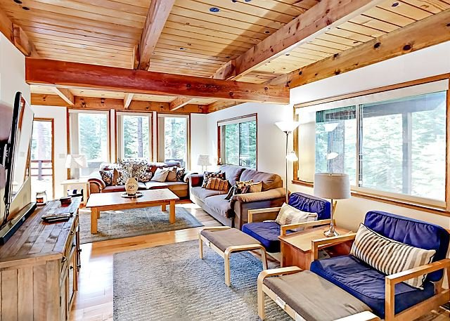 Updated Retreat with Balcony, Deck & Private Hot Tub | Near 3 Top Ski Resorts, alquiler de vacaciones en South Lake Tahoe