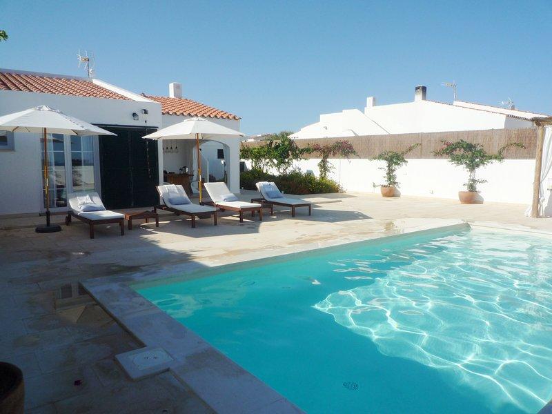 Villa con 3 habitaciones, piscina privada y aire acondicionado, WIFI gratis, vacation rental in Punta Prima