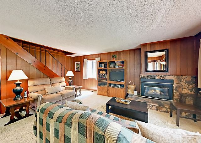 Classic Lake Cabin with Big Yard in South Lake Tahoe, vacation rental in South Lake Tahoe