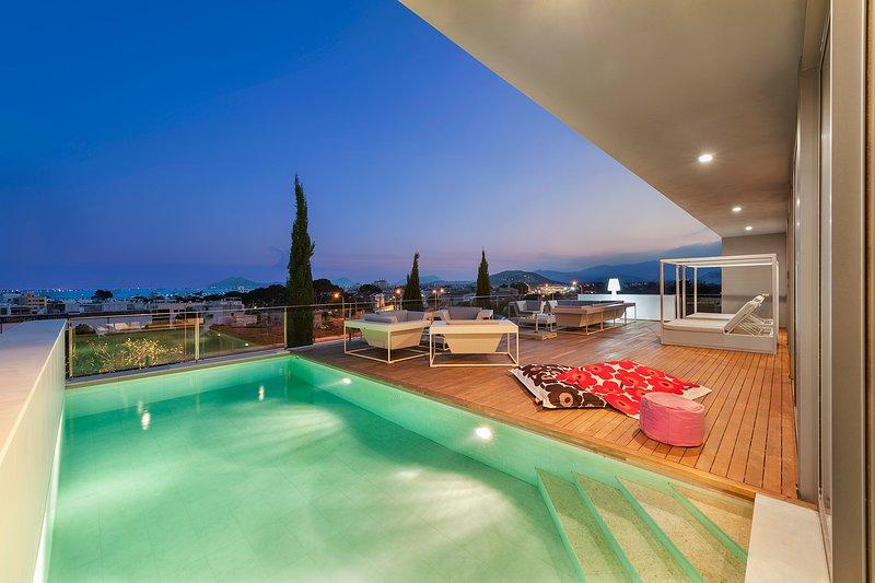 Luxury Villa Phoenix Incredible Views Outdoor and Indoor Pool close to the beach, aluguéis de temporada em Formentor