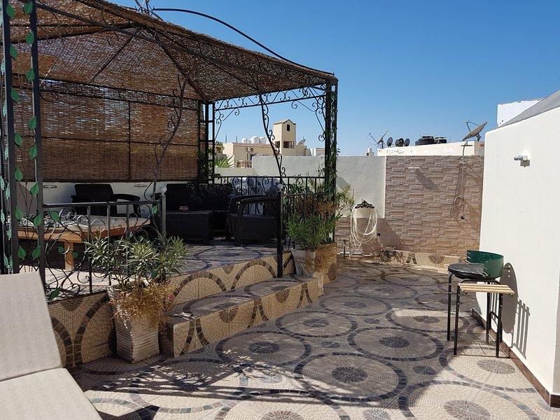 private Dachterrasse Meerblick Wifi Netflix deutsches und internationale TV, holiday rental in Hurghada