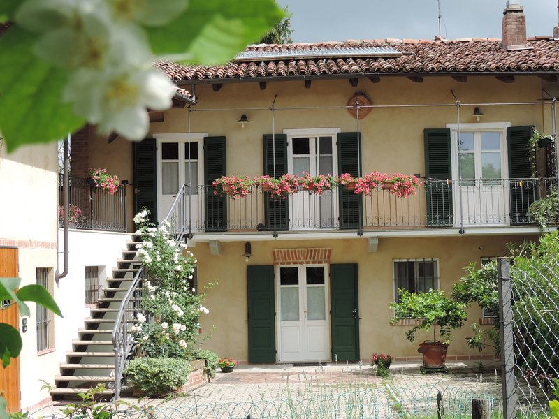 Isolated place on the hills: terrace, balcony,garden,quiet place,3 bedrooms, vakantiewoning in Castelnuovo Don Bosco
