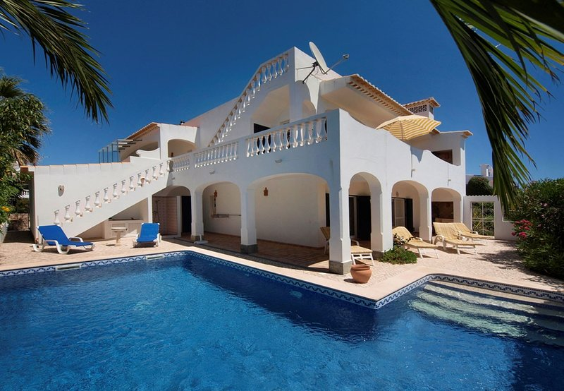 LGS47V3 Vivenda com terraço panorâmico. Lind, holiday rental in Bensafrim