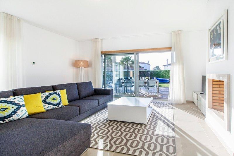 Ferrel Villa Sleeps 6 with Pool - 5758489, alquiler vacacional en Ferrel