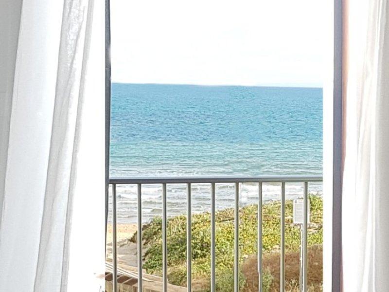 Window on the beach - Appartamento fronte spiaggia, holiday rental in Pellegrino