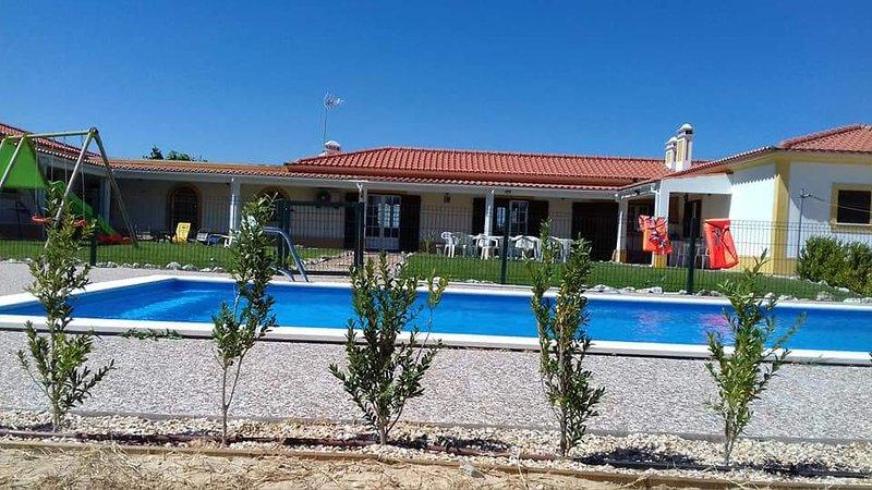 Amazing villa with swimming-pool, location de vacances à Azinheira dos Barros