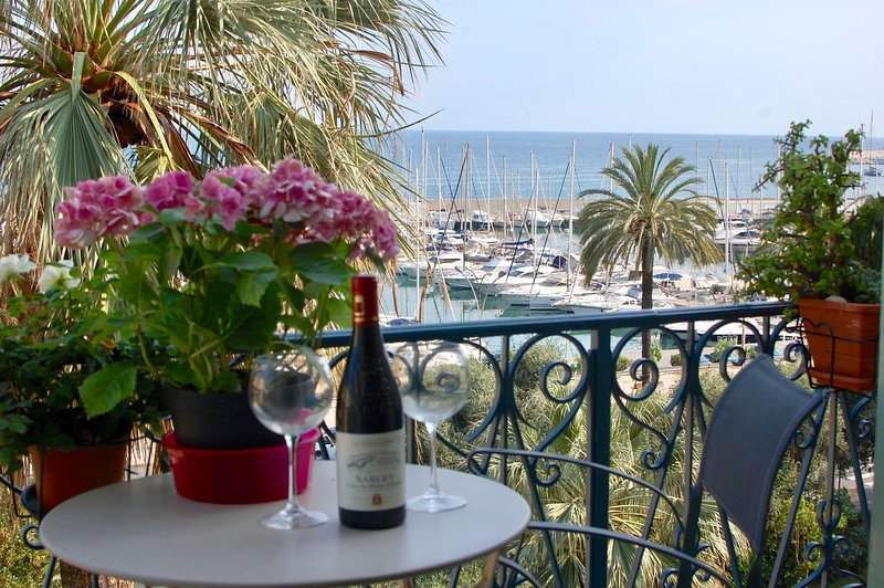 Waterfront Belle Époque Apartment, Absolute Calm, Gorgeous Views, Modern Comfort, location de vacances à Menton