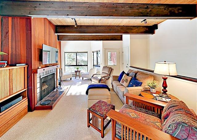 Sunny Condo w/ Pool, Hot Tub, Sauna & Private Lake Tahoe Beach Access, vacation rental in New Washoe City
