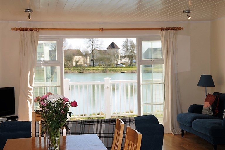 Nyhavn Lakeside Cottage, holiday rental in Down Ampney