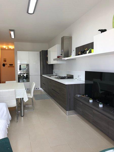Modern Apartment with sea view, alquiler vacacional en Cirkewwa