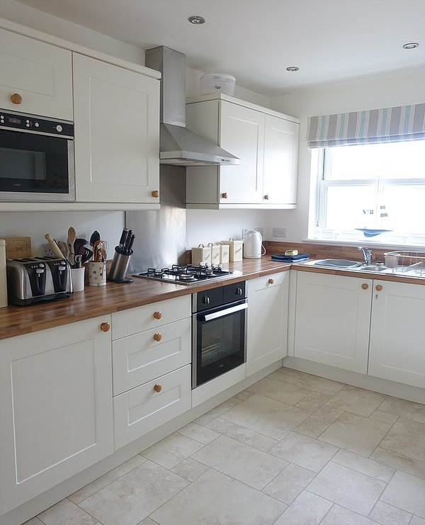 Extremely well equipped kitchen with dishwasher, washing machine and lots of crockery