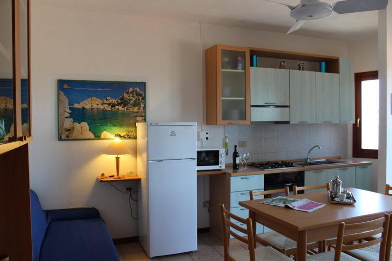 San Pasquale, Gallura, Casa Vacanze Comfort, bilocale su due piani con verande, aluguéis de temporada em Barrabisa