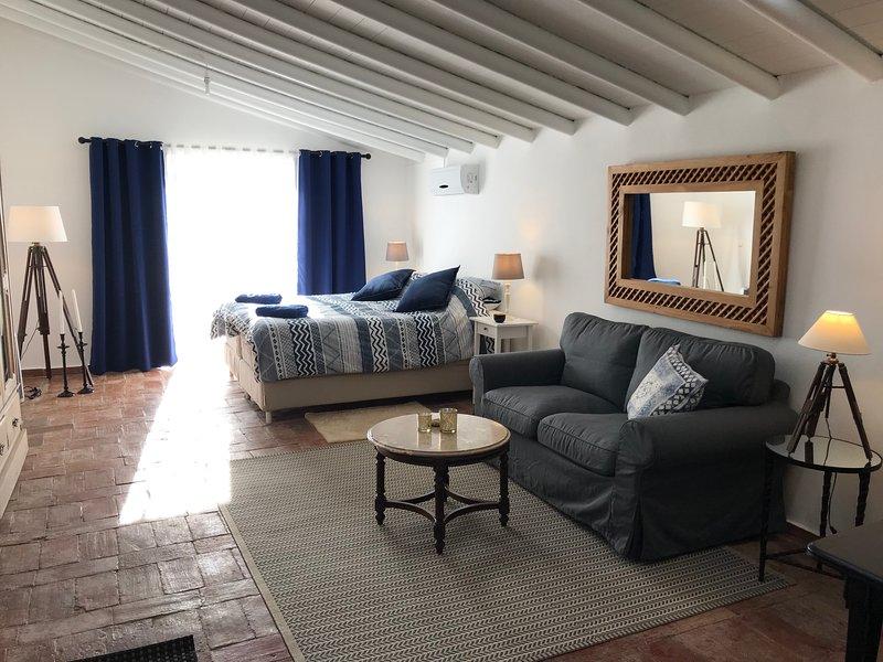 Studio Colina - Renovated studio apartment with two patios and pool, location de vacances à Sao Bras de Alportel