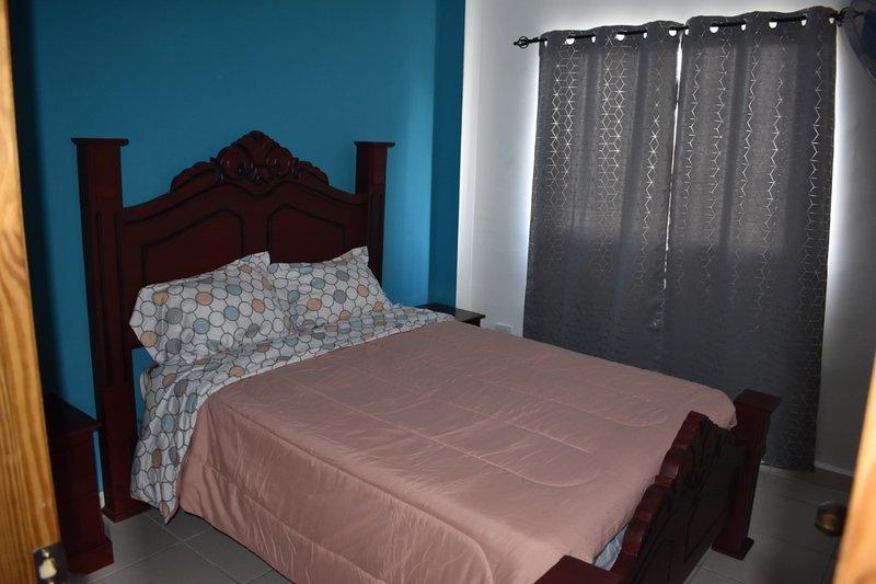 3er dormitorio con cama queen size y ventilador.