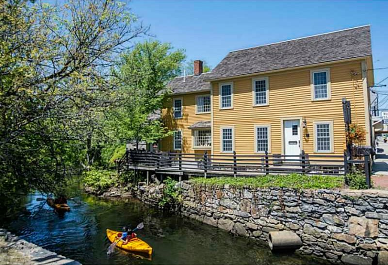 Private, Cozy Historic Mill with Babbling Brook, location de vacances à East Greenwich