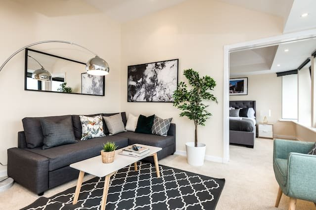 Luxury Waterfront Penthouse | Free Parking | Balcony | Superfast WIFI, holiday rental in Bromborough