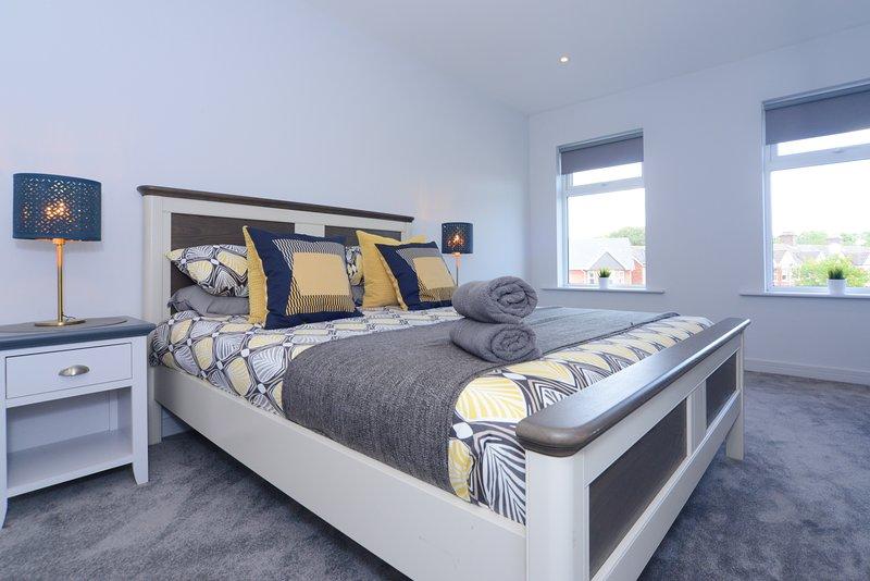 Sandbanks Road Apartment - Beautiful 3 Bedroom - with WiFi+SmartTVs+NetFlix, vacation rental in Poole