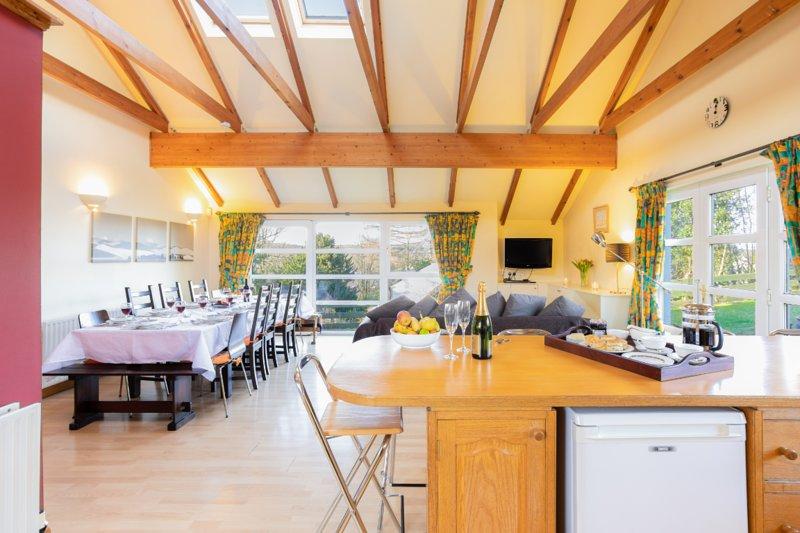 FAMILY GATHERINGS & WEDDINGS - Stunning 6BR Garden Villa (Sleeps 22) LOCH LOMOND, holiday rental in Bearsden