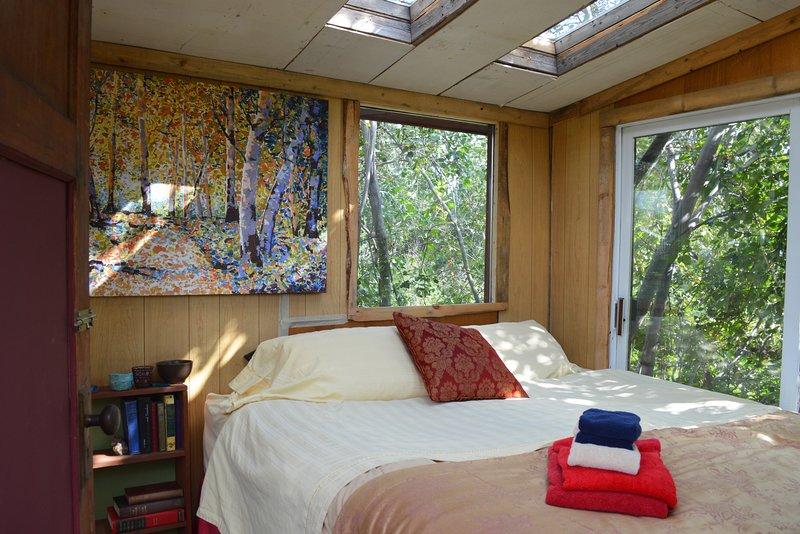 eco king treehouse at made with love urban farm, casa vacanza a Kamloops