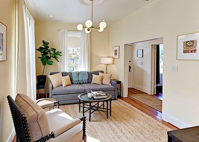 Pet-Friendly Hotel-Like Cottage in Wine Country w/ Porch & Yard, location de vacances à Santa Rosa