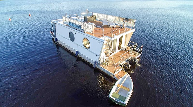 Houseboat Finland: Houseboat DeLuxe 42 m2 / 8 Twin, vacation rental in Petajavesi