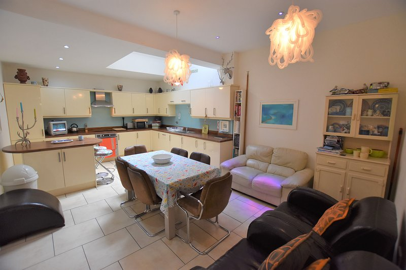3/4 Bedroom Townhouse with parking, sleeps up to 8 persons, in village centre, holiday rental in Aberdovey