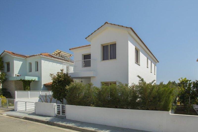 """""""Imagine Renting this Luxury Villa"""" Larnaca Villa 04, alquiler de vacaciones en Mazotos"""