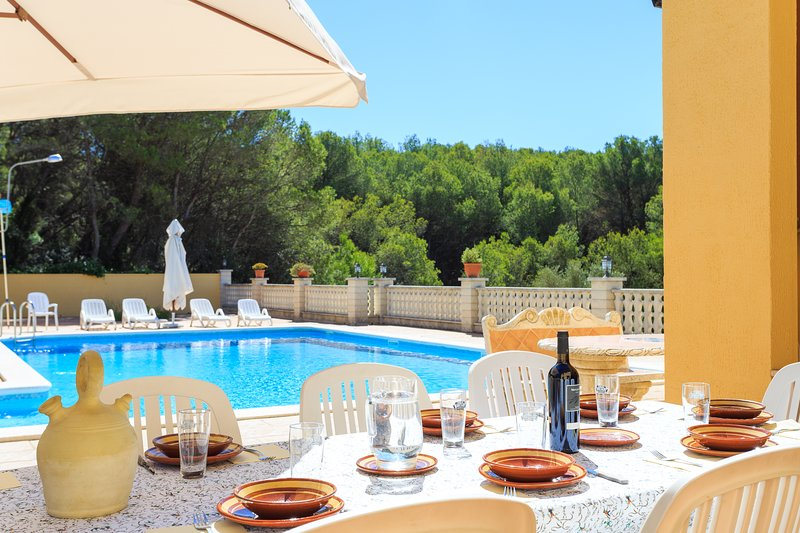 Gran casa con Piscina en plena naturaleza en el Parque Natural del Foix., vacation rental in L'Arboc