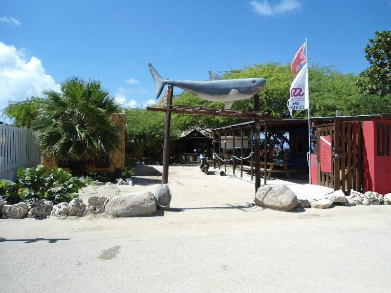 Moomba Beach en Palm Beach, alquile una silla o traiga la nuestra, al lado de Holiday Inn, explore hoteles de gran altura.