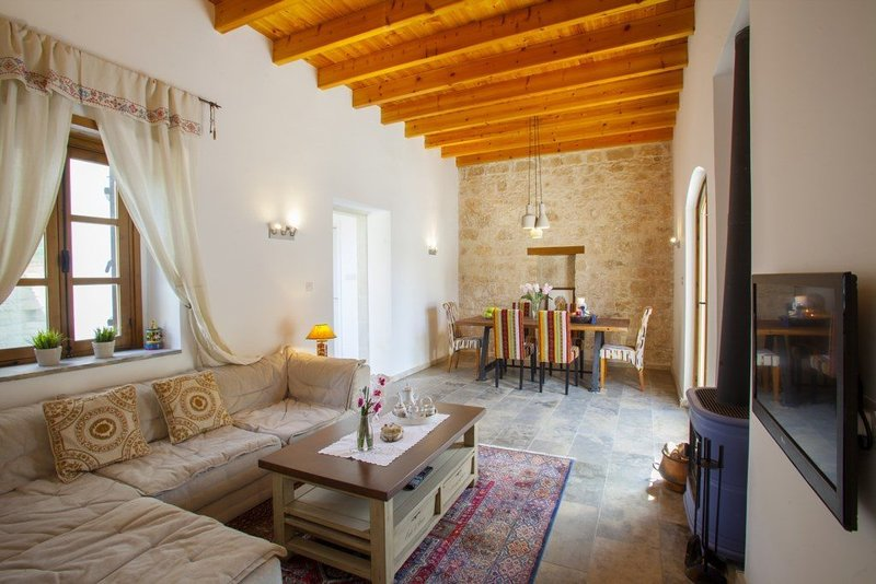 Imagine You and Your Family Renting this Quaint Holiday Cottage near Paphos, vacation rental in Episkopi