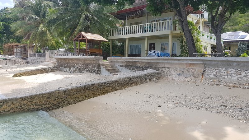 Beach Front Room 2 (near whaleshark watching), holiday rental in Oslob